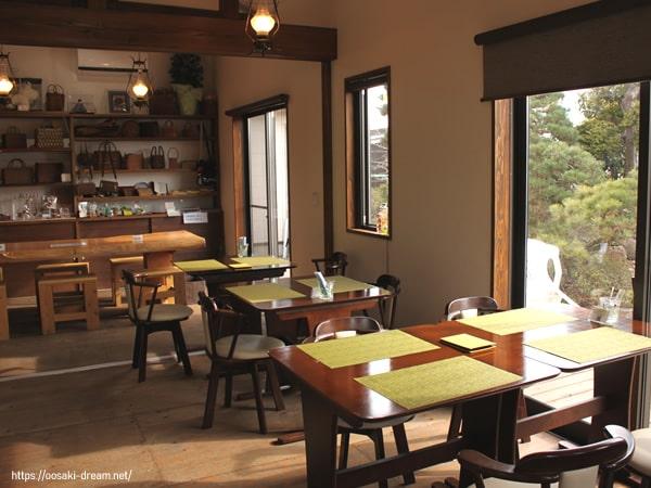 山ぶどうのハンドメイド雑貨も楽しめる地域密着型カフェ